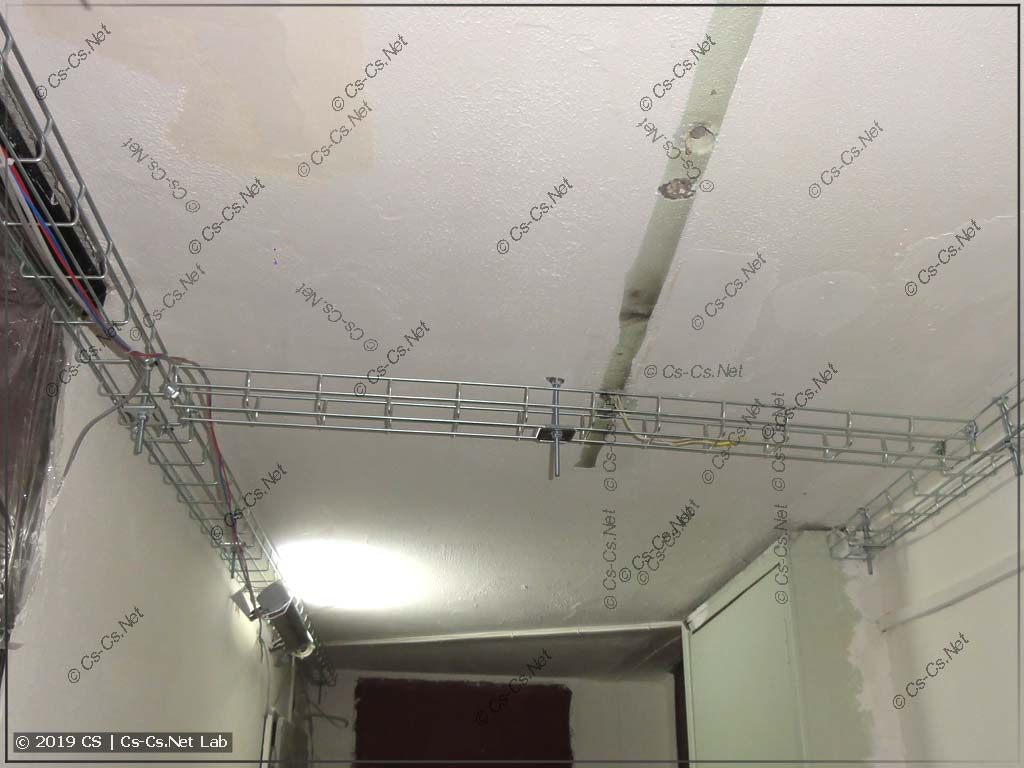 Лоток в середине холла для того, чтобы подключиться к старой проводке освещения