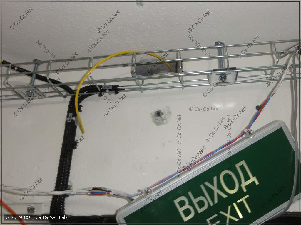 Сделал новые дырки на этажный холл для того, чтобы в будущем можно было прокладывать разные кабели (инет, к примеру)