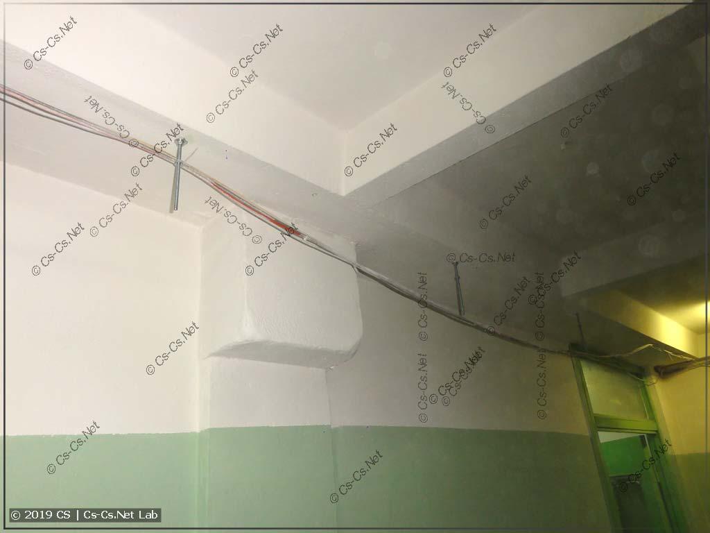 ...а теперь доделываем лотки в этажном холле и у лифтов. Для крепления трёхметрового лотка нужно всего 3-4 шпильки!