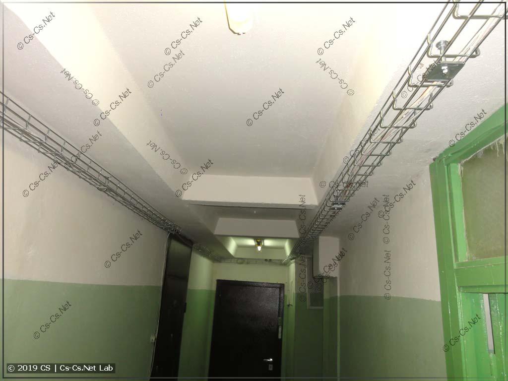 Вот и этажный холл тоже окучен лотками начисто! Никаких соплей не висит!