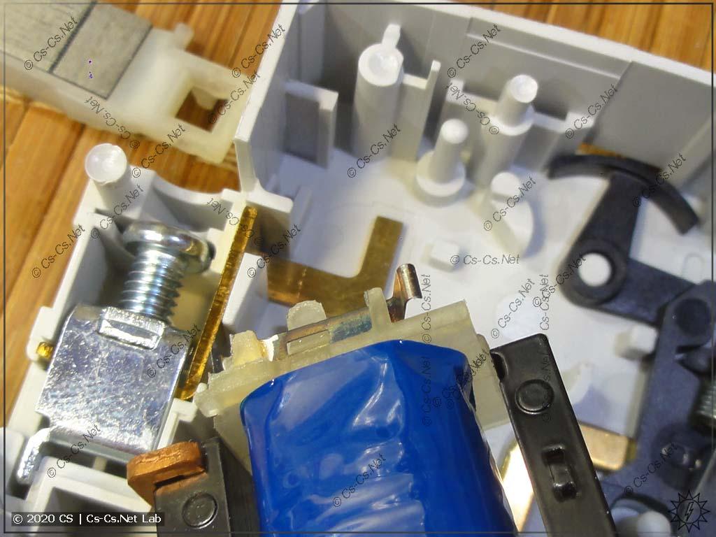Контакты на катушке для того, чтобы на заводе можно было быстро собирать реле на разное напряжение