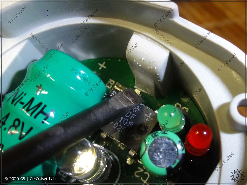 Внутренняя плата лампочки LEE-230 держится на очень прочных защёлках
