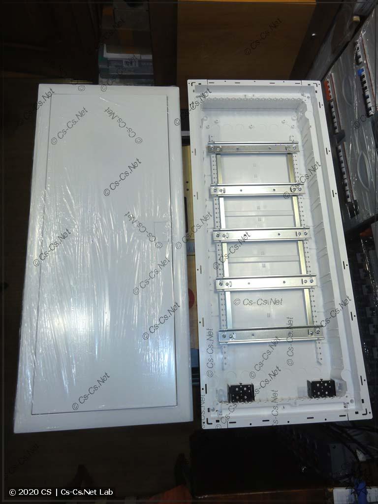 Распаковываем корпус щита UK600: дверь с пластроном и дно с рамой DIN-реек