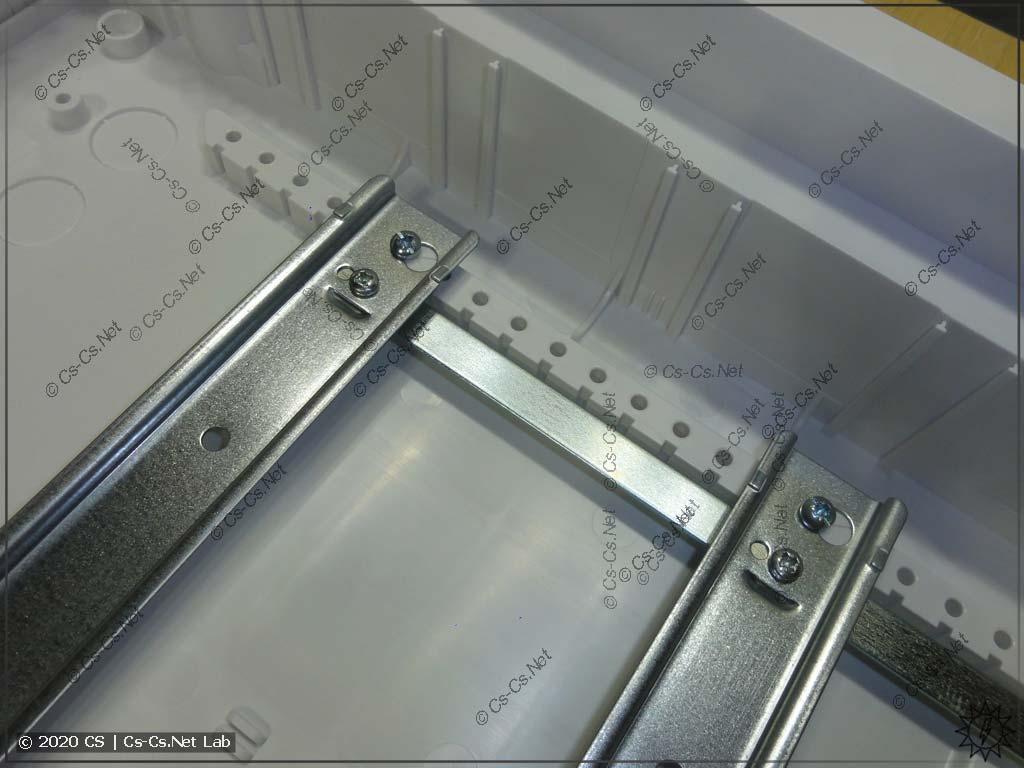 Рама с DIN-рейками теперь металлическая, а крепится винтами за каждую DIN-рейку отдельно