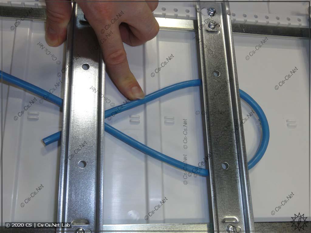 Под DIN-рейками UK600 легко пролезает один ПуГВ на 10 квадратов. Два ПуГВ на 10 квадратов уже не лезут