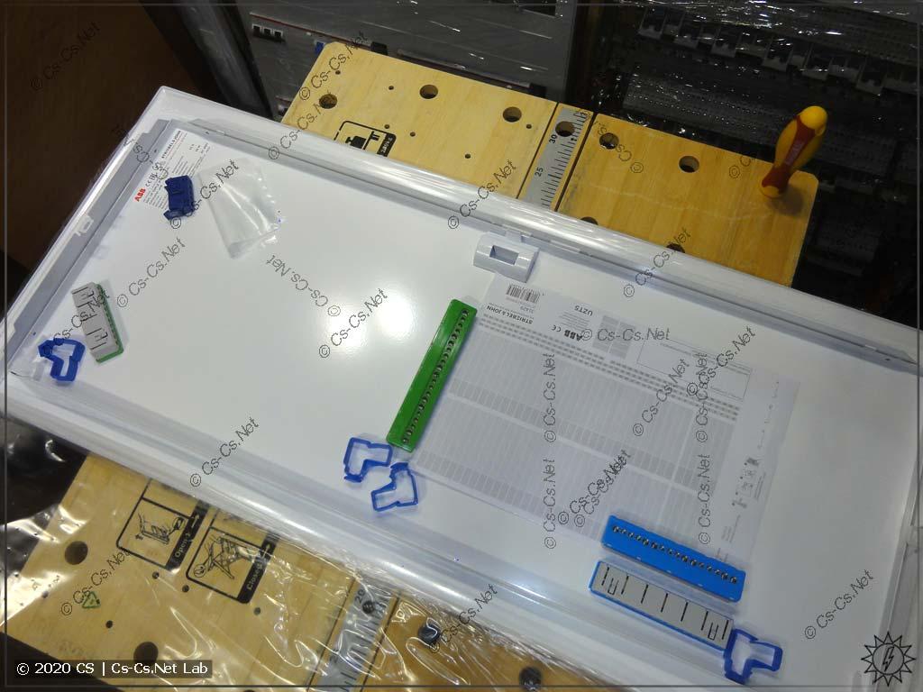 То, как упаковываются шинки и прочие мелочи внутри двери UK600: просто валяются