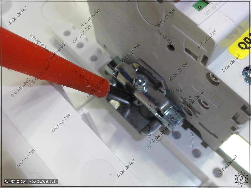 Мерзотное крепление рамы в UK600: если ты поставил фиксатор модульки на DIN-рейку, то раму ты больше никогда не снимешь!