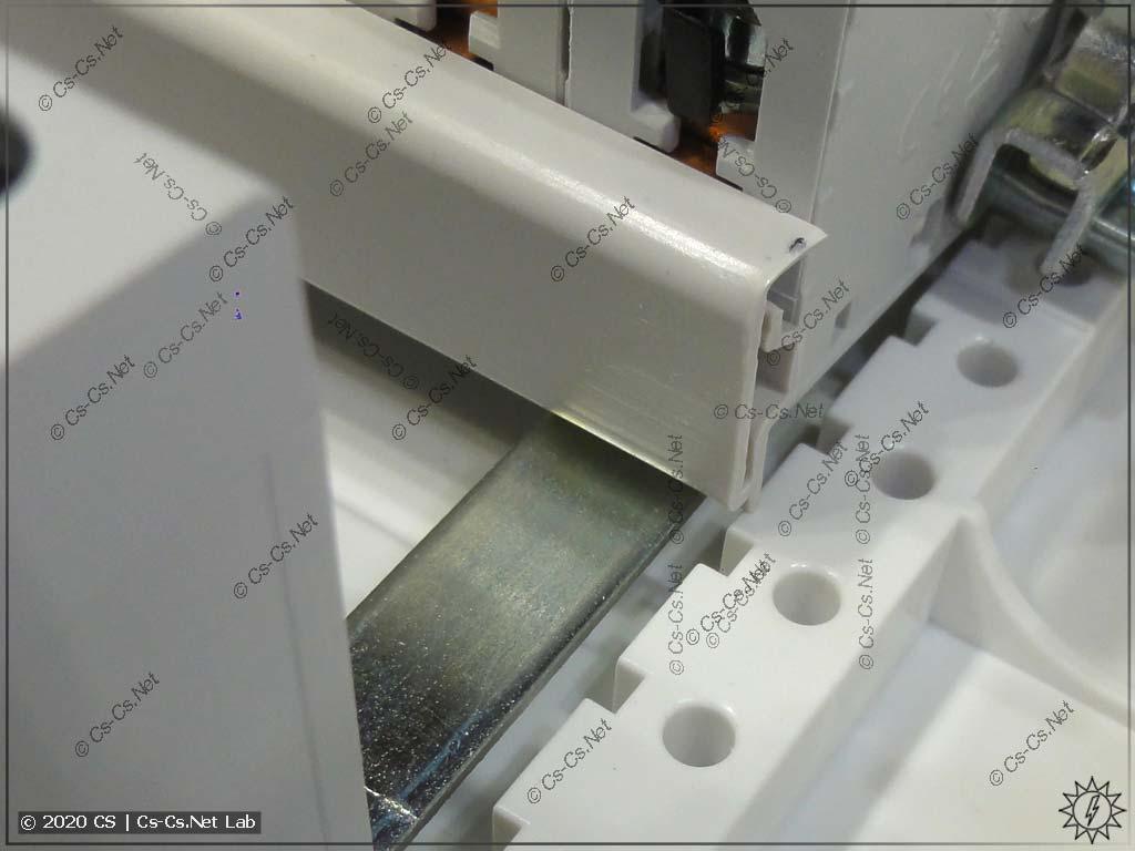 Гребёнки (шинные разводки) модульки ABB упираются точно в металлическую полоску, которая скрепляет DIN-рейки UK600 между собой