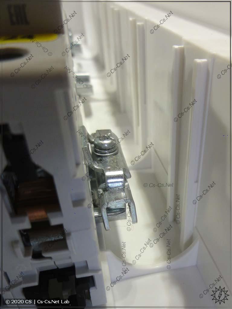 DIN-реек хватает только на модульку, а мест для фиксаторов даже не остаётся