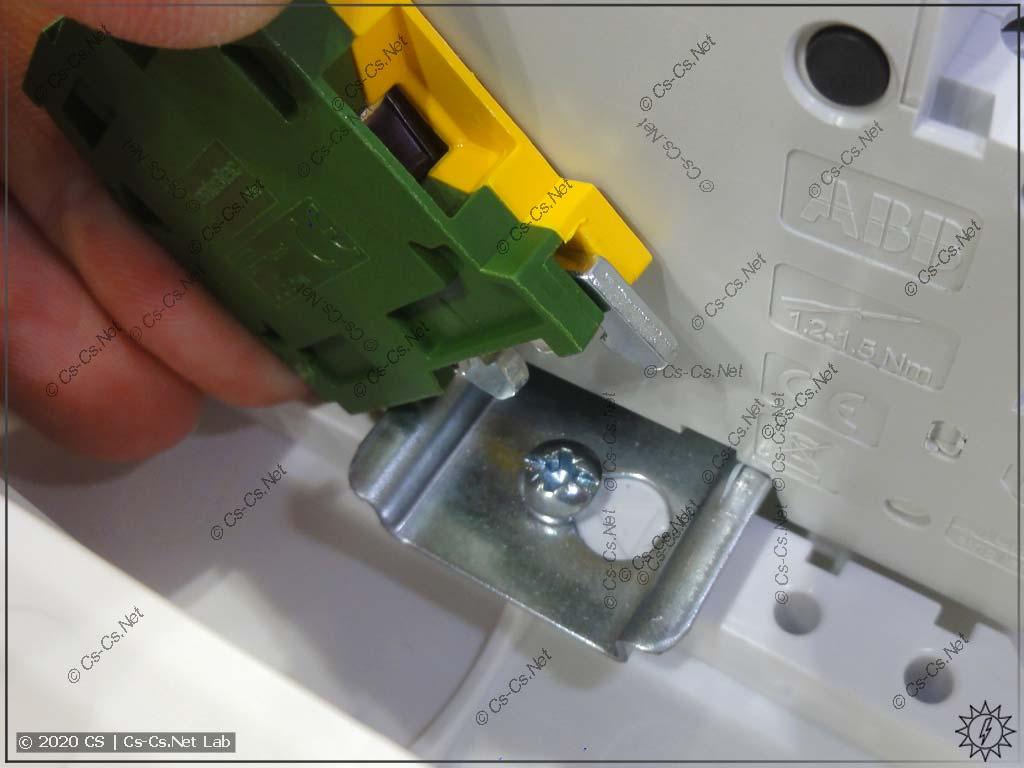Из-за хренового расположения винтов крепления рамы UK600, на края DIN-реек можно поставить не все клеммы