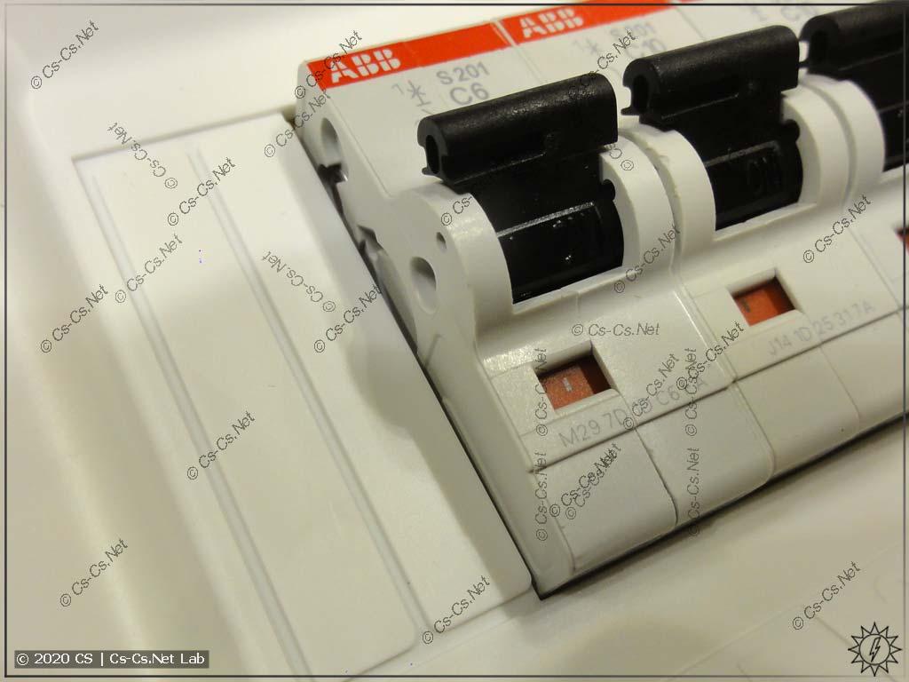 Материмся на пластрон UK600: странный шаг вырезаемых заглушек для резервных мест