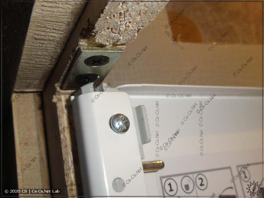 Дверь от AT/U теперь крепится в прочные железочки и её точно не вырвет