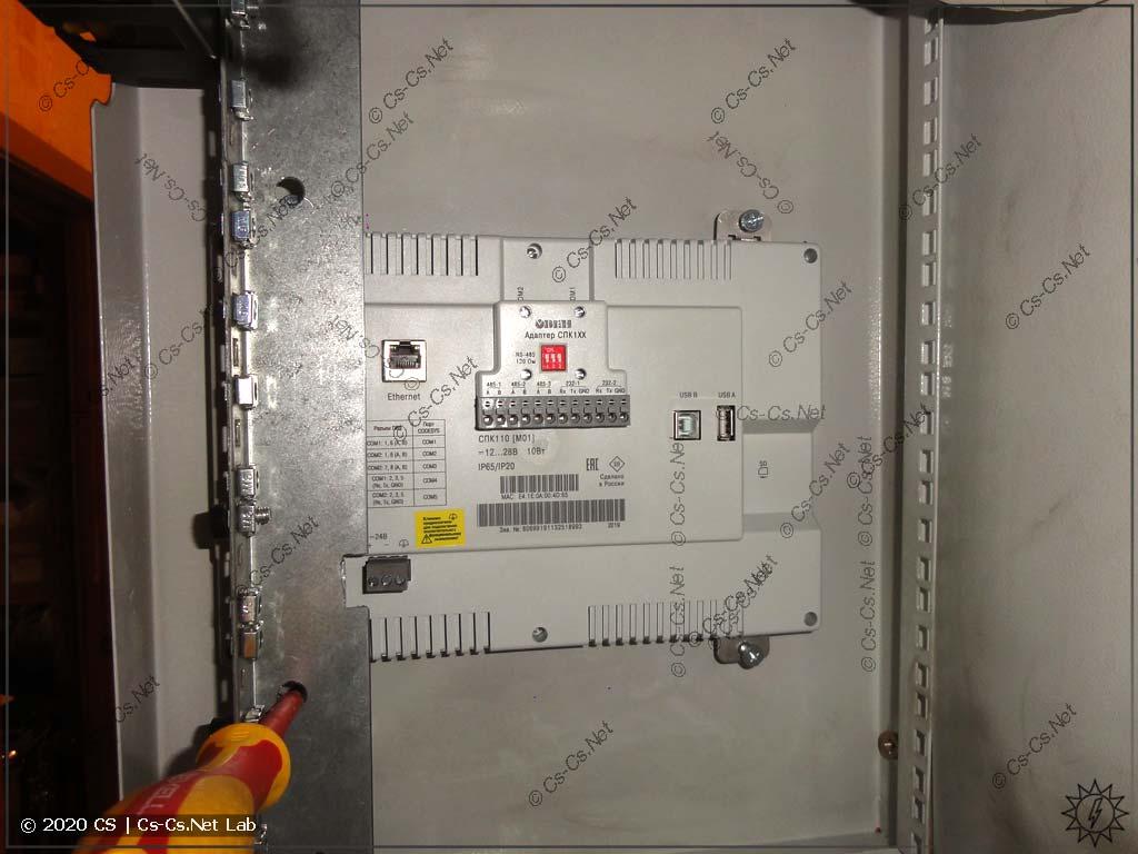 Затягиваем крепления СПК110 сзади рэкового шкафа