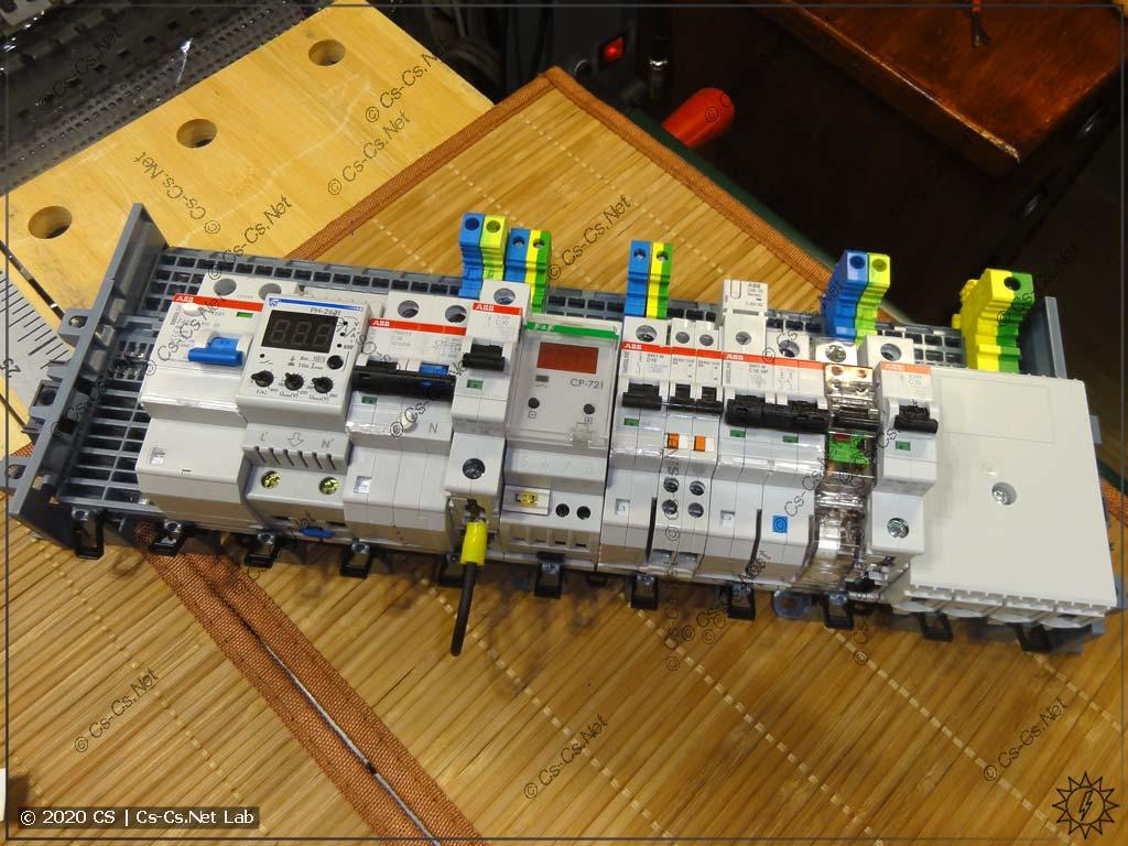 Шинная система ABB SMISSLINE с клеммными шинами и установленной дополнительной (нестандартной) модулькой