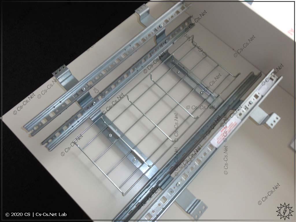 Внешний вид рамы с DIN-рейками CombiLine-модуля для вертикального расположения шин SMISSLINE (он очень глубокий)