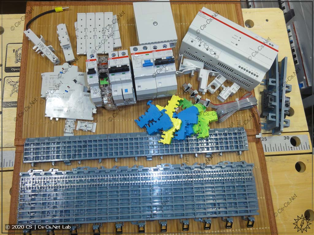 Основные компоненты системы SMISSLINE: шинные шасси, модулька, заглушки, адаптеры, клеммы N/PE и система измерения токов CMS