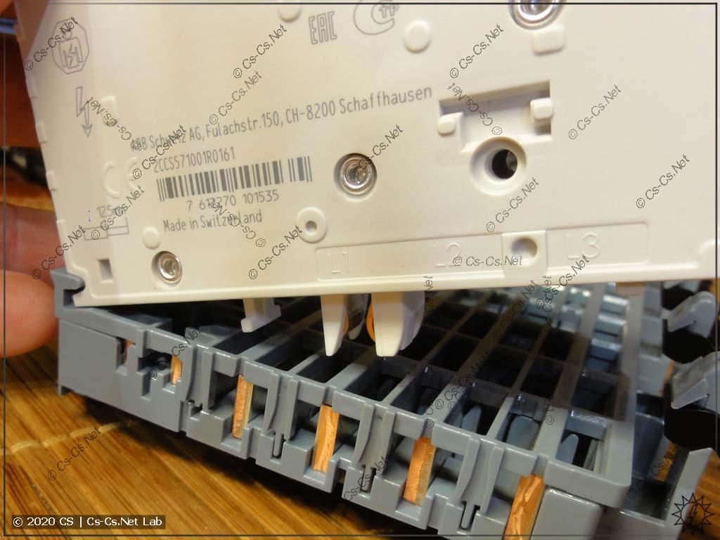 Установка модульки на шину SMISSLINE: попадаем в специальный паз, а потом просто защёлкиваем