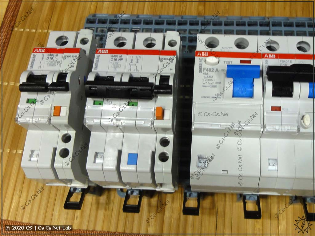 Если ставить только один сигнальный или дополнительный контакт, то останется дырка в 0,5 DIN-модуля