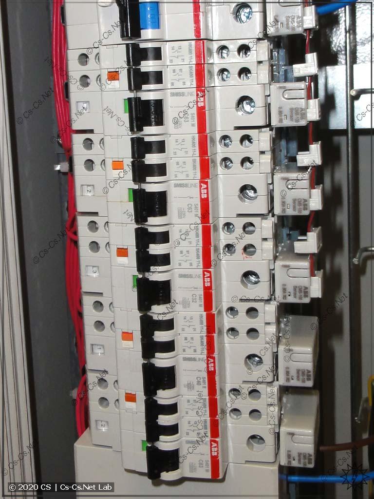Пример шин SMISSLINE, где на каждый автомат установлены и сигнальный и дополнительный контакты