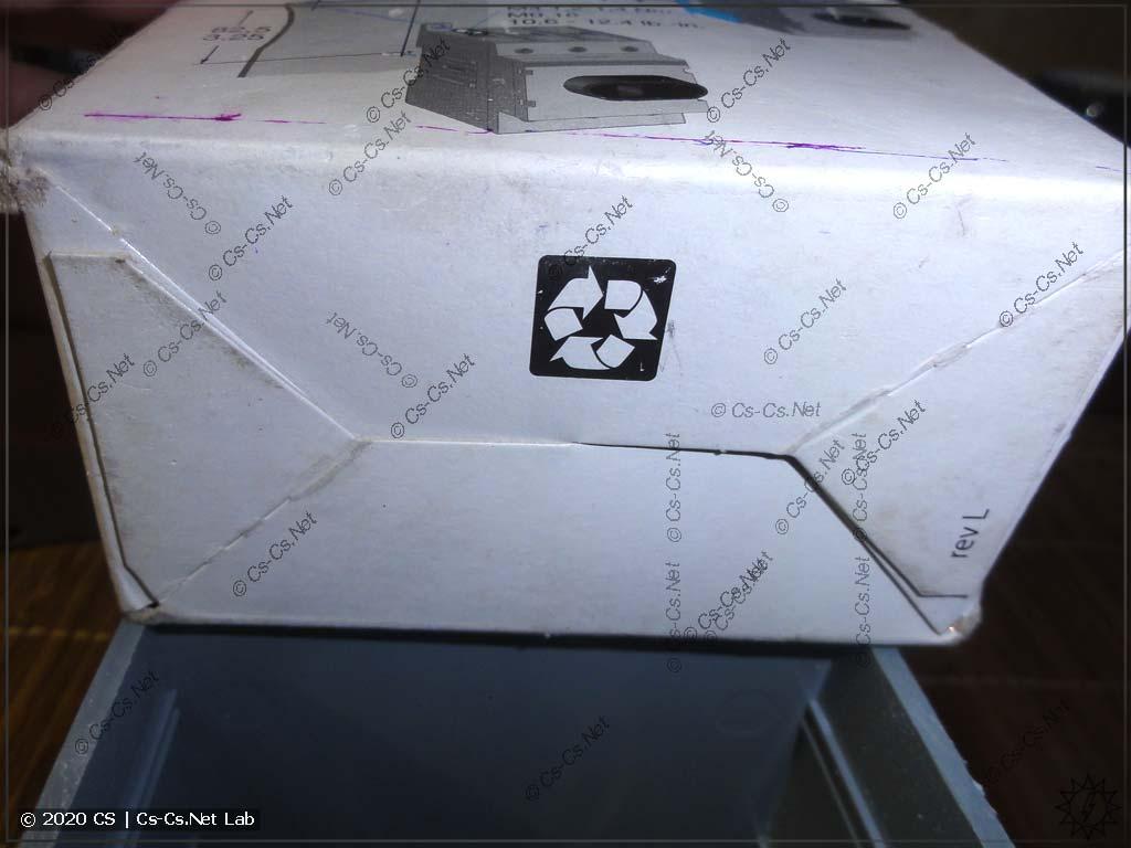 Дно коробочки от рубильника OT не плотное, и мелочь через него просыпается
