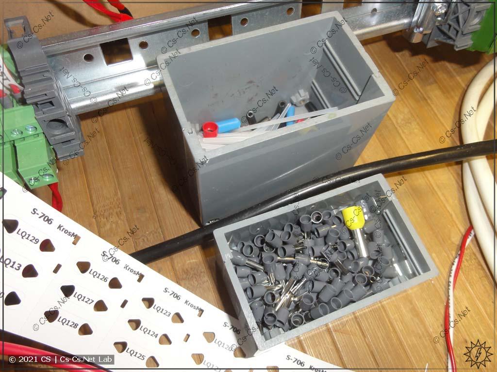 Коробочка для мусора в работе: в большую часть кидаем мусор, в мелкую кладём запас НШВИ для пакетной сборки