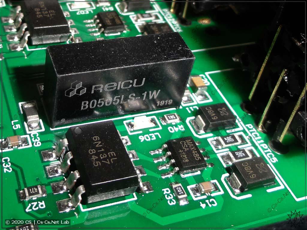 Один из выходных каналов платы DMX. Виден DC/DC-преобразователь, оптическая развязка и MAX485