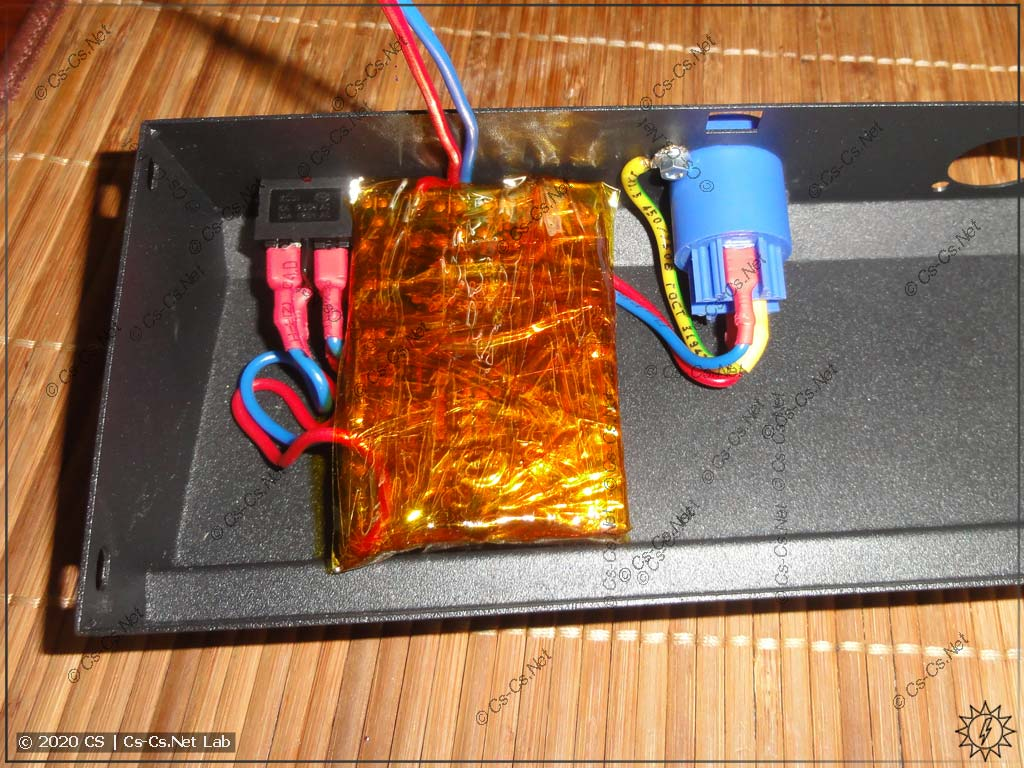Поставил внутрь пульта сетевой блок питания и разъём PowerCon