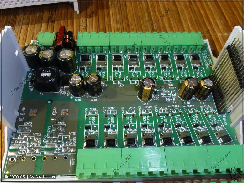 Самая нижняя плата ОВЕН ПР102 с выходами: транзисторные и место для аналоговых
