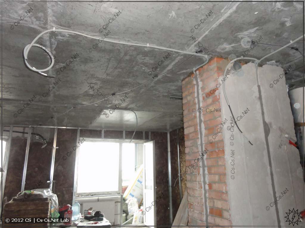 Постепенно прокладываем кабели как можем: по потолку для света