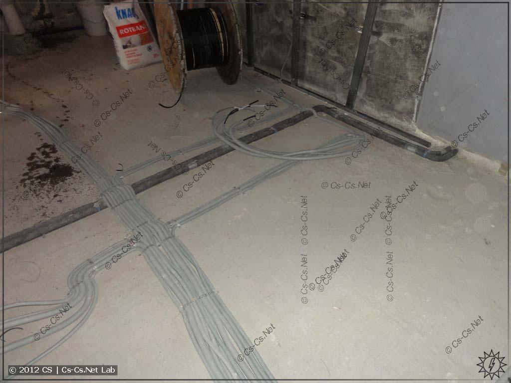 Постепенно прокладываем кабели как можем: по полу, обходя будущие стены