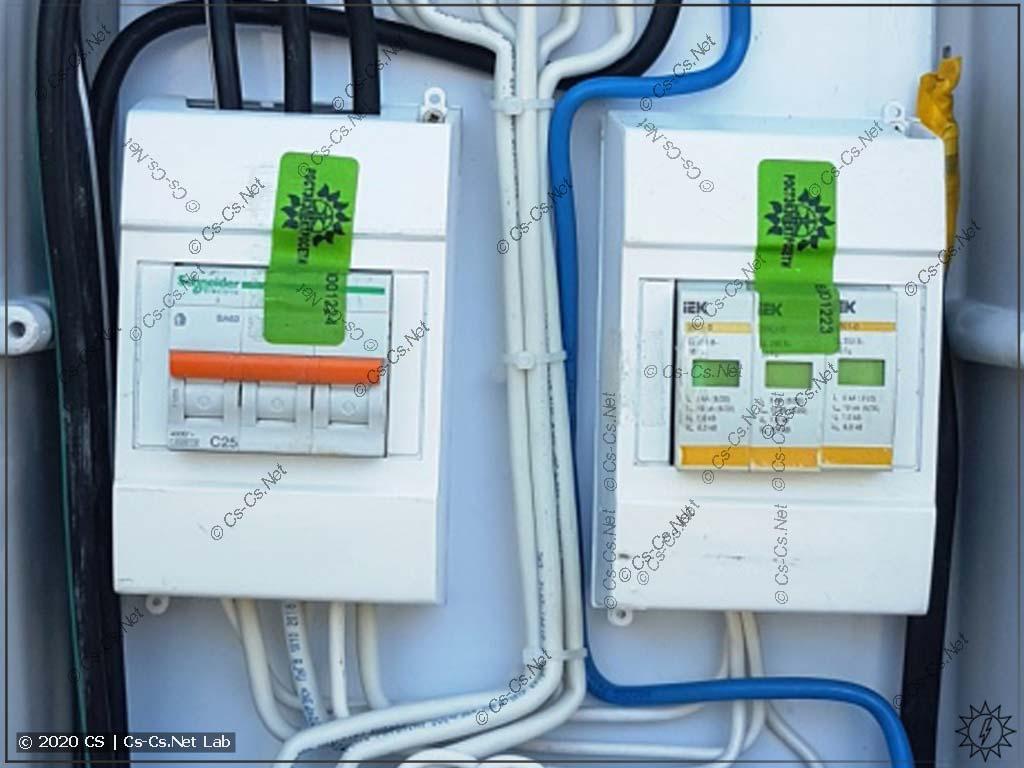 Пример пломбировки вводных автоматов наклейкой в ВРУ