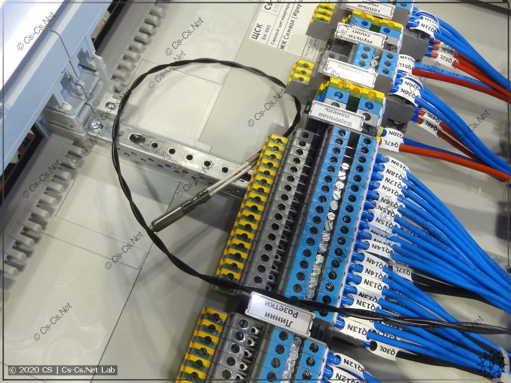 Другой термостат поместим в пучок отходящих кабелей щита