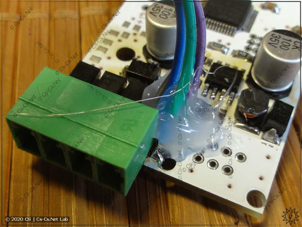 Закрепил шлейф термоклеем, чтобы провода не отломились