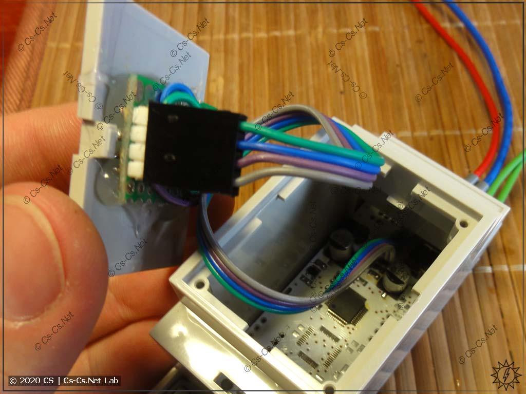 Теперь крепим нашу платку индикации на переднюю панель корпуса и подключаем её к плате