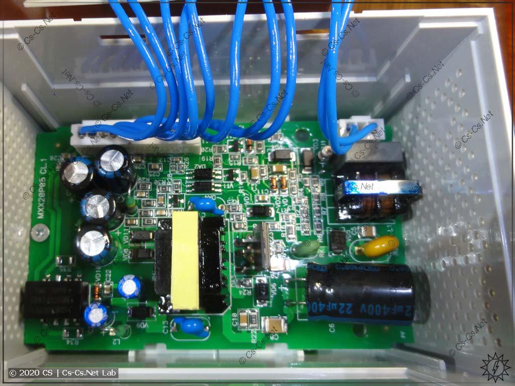 Нижняя часть корпуса модулей ОВЕН Мх110: блок питания модуля (провода теперь на разъёмах)