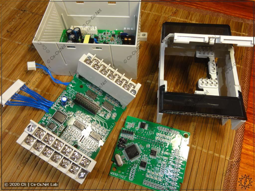 Разбираем весь модуль ввода ОВЕН Мх110. Виден корпус с блоком питания, плата IO и процессорная плата