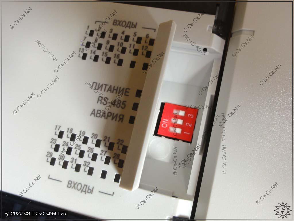 Под дверцей находятся переключатели системных настроек модуля