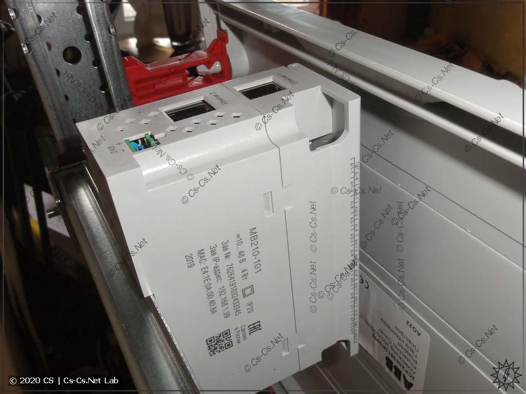 Тестовая установка модуля ОВЕН Мх210 под пластрон щита ABB CombiLine. Регуляторы глубины рейки стоят в положении -1,5 единиц