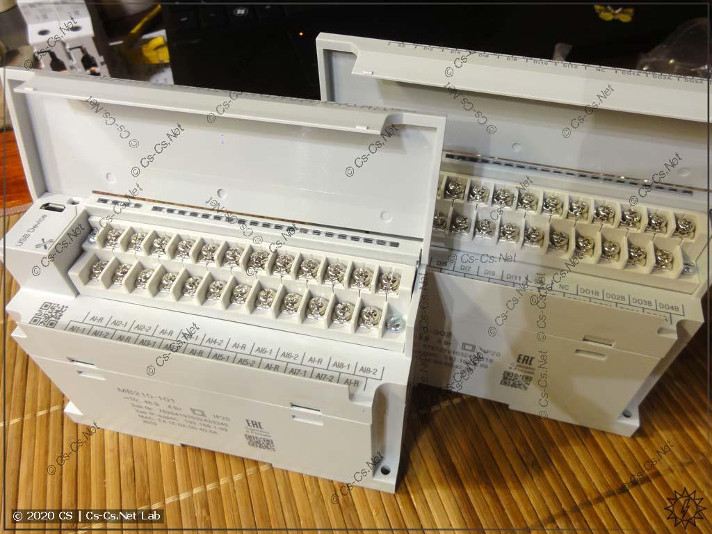 Все контакты для подключения цепей расположены у модулей Мх210 сверху за откидной крышкой