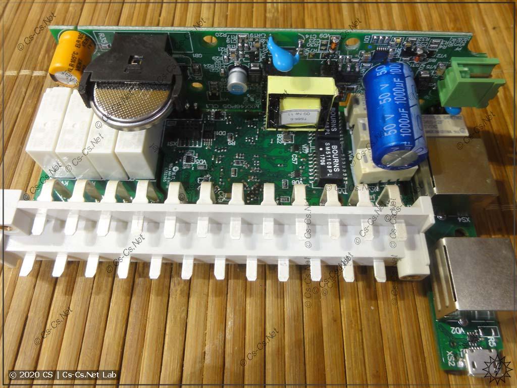Вся начинка модуля МК210-302 собрана на одной общей плате. Справа - процессор и обвязка Ethernet, слева - реле выходов и батарейка для часов