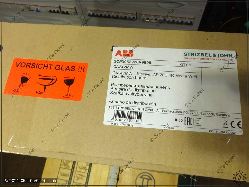 Упаковочная коробка щита ABB ComfortLine CA (вид на этикетку и маркировку)