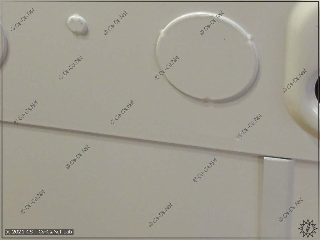 Корпус щитов серии ABB ComfortLine сзади (видны выбиваемые отверстия для ввода кабелей)