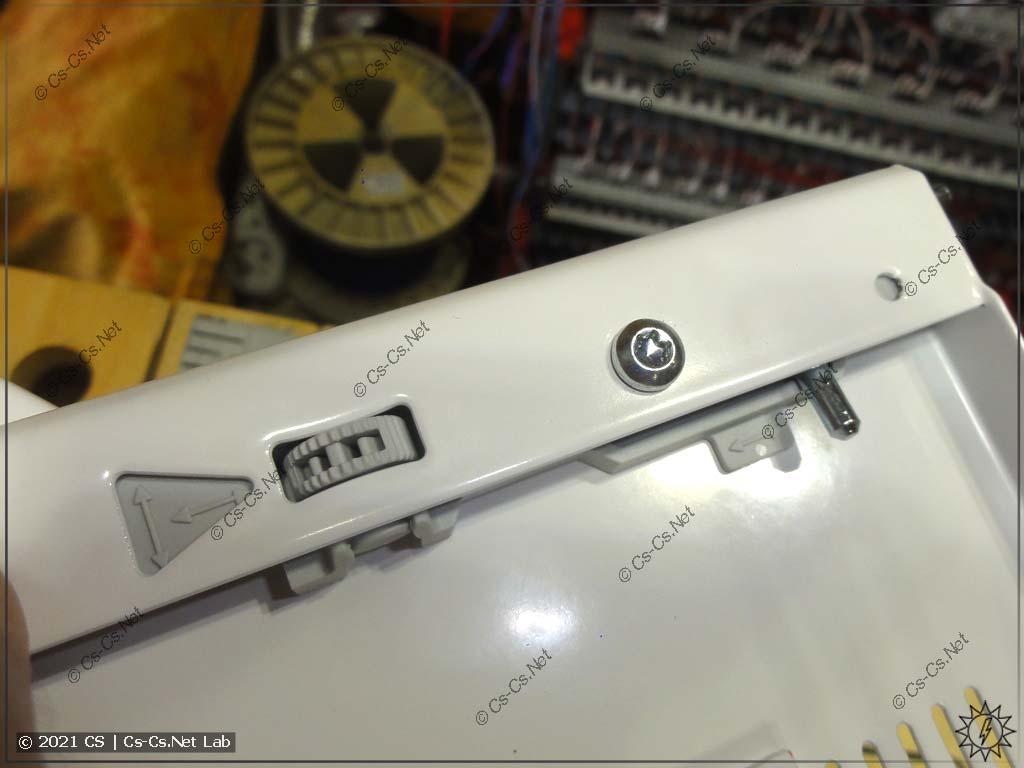 Регулятор уровня наклона двери для щитов ComfortLine. Дверь можно выровнять даже если сам корпус щита установили с перекосом
