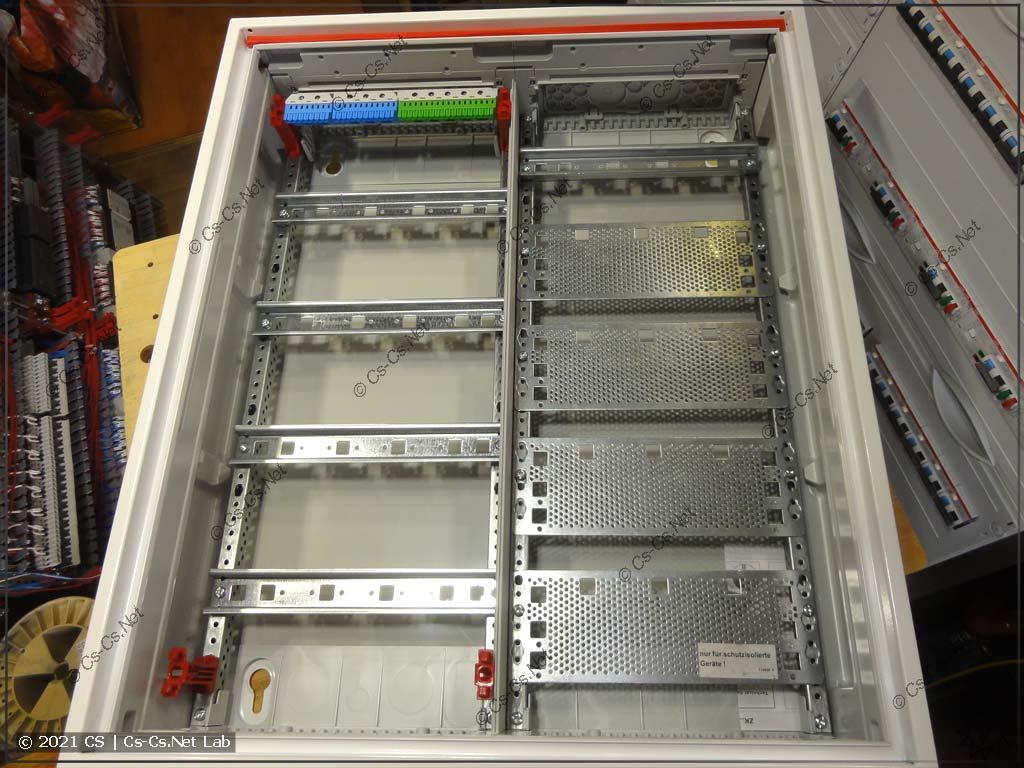 Внутренности щита ABB ComfortLine CA24VMW (с панелью для СКС) без пластрона