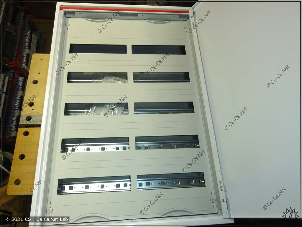 Вид на внутренности щита ABB ComfortLine CA25VZRU (аналог AT/U 52)