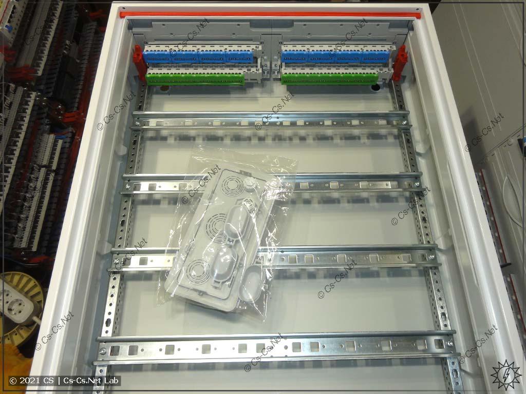 Внутренности щита ABB ComfortLine CA25VZRU (аналог AT/U 52) без пластронов. Среднего профиля нет, УРА!