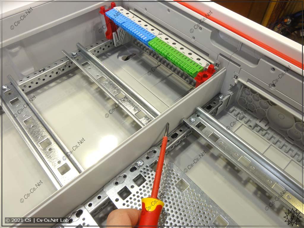 Защитная перегородка CombiLine (CZBxx), установленная в щиты с панелью для СКС