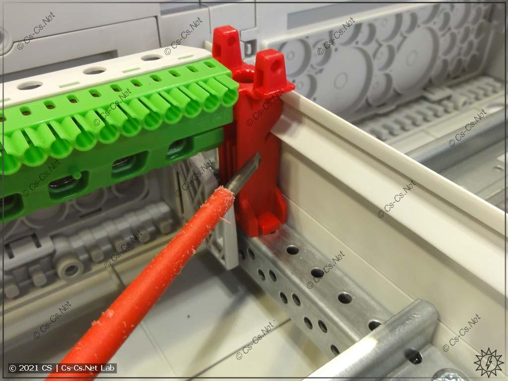 Установка защитной пластиковой перегородки CombiLine в пазы стоек пластронов