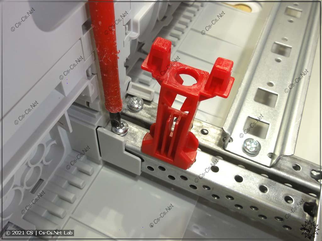 EDF-профиль рамы с DIN-рейками фиксируется в ComfortLine при помощи винтов и защёлок