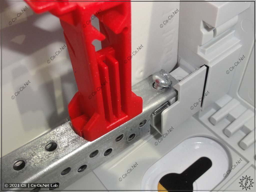 Вынимаем раму из шкафов ABB CA, вытаскивая её с одного из краёв